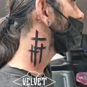 croce collo tatuaggio
